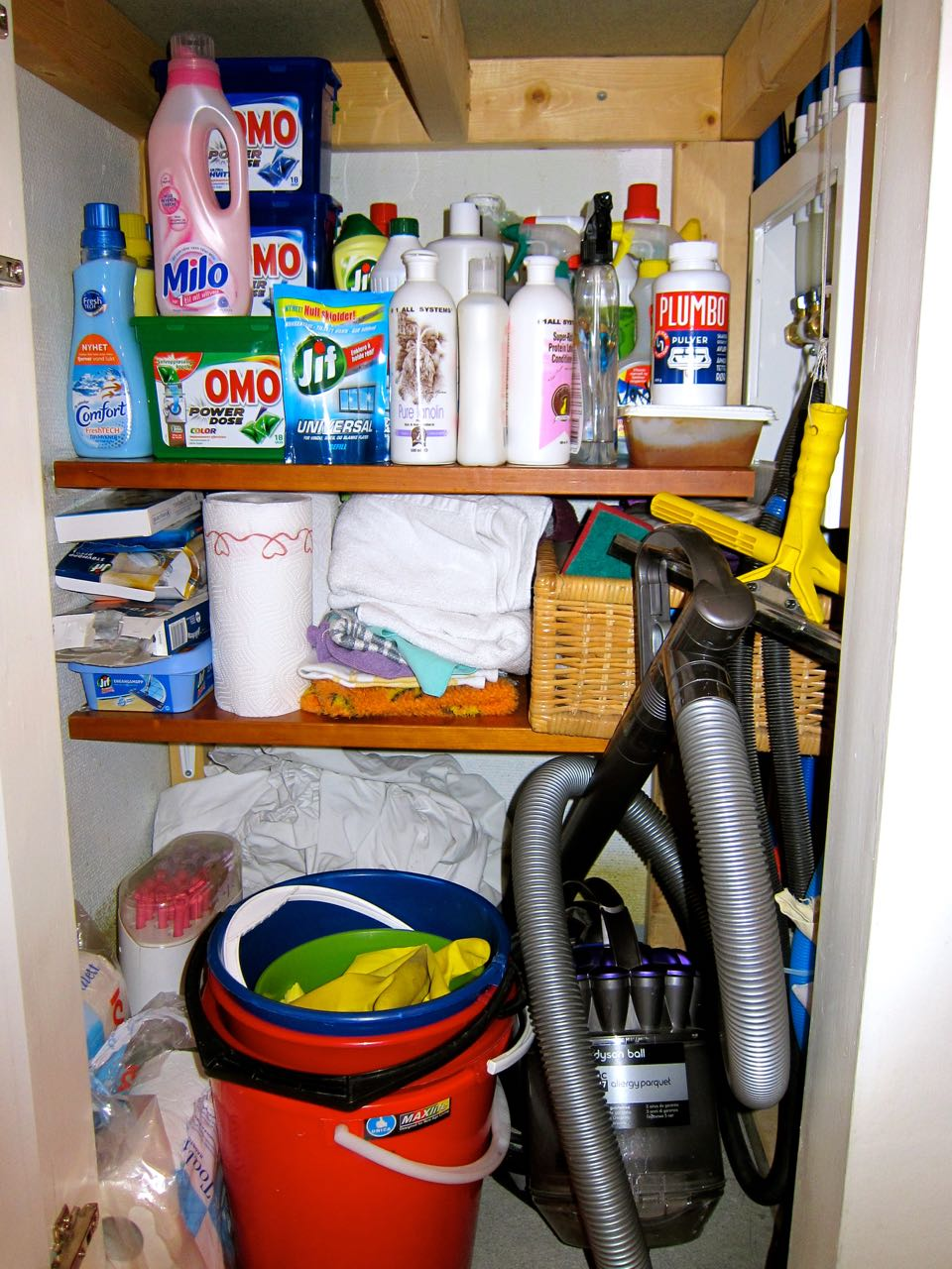 Organizing Cleaning Supply Closet (in 5 minutes)