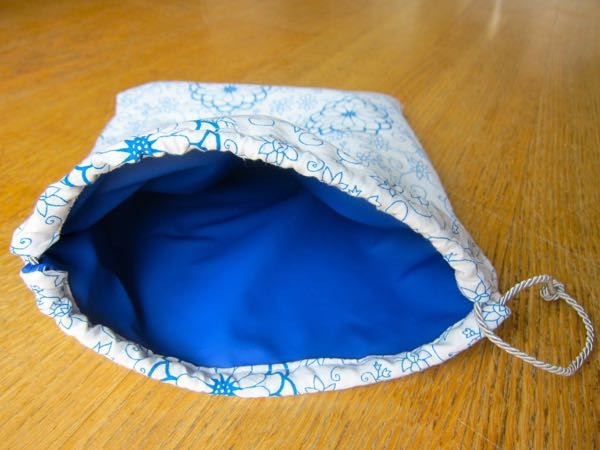 Drawstring pouch wth waterproof lining